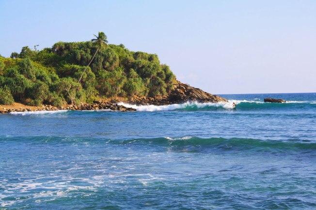 surfing_point_break_hiriketiya_bay_beach_sri_lanka